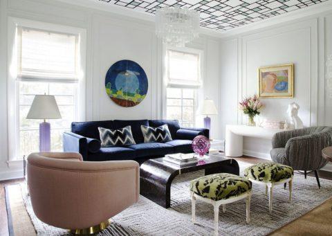 Геометрически рисунок на потолке в гостиной