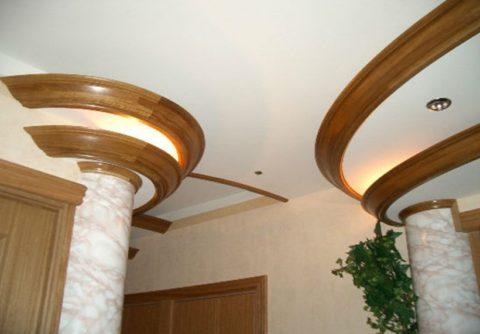 Гибкий плинтус потолочный в отделке колонн и многоуровневых потолков