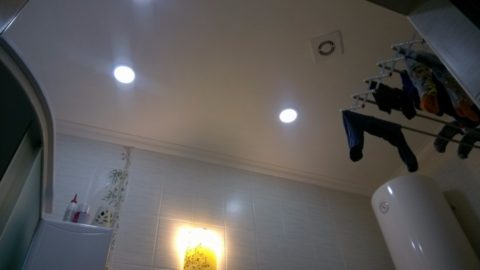 Гипсокартонный потолок санузла в доме автора статьи