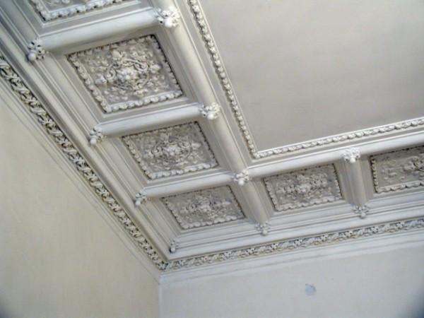 Гипсовая плитка - отличный декор потолка