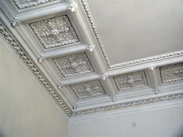 Гипсовые плиты по периметру потолка