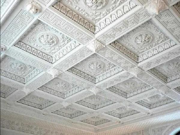 Гипсовый потолок с кессонным рельефом