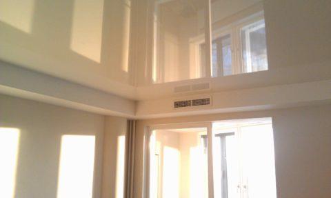 Глянцевая поверхность над головой увеличивает видимую высоту комнаты