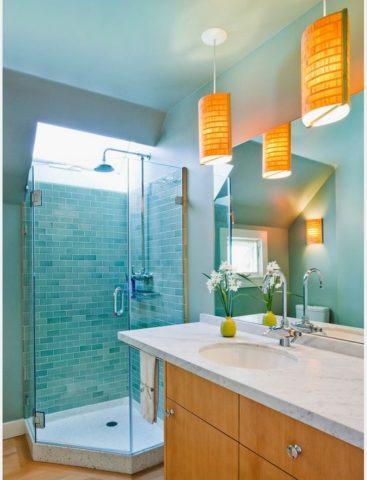 Глянцевая поверхность потолка в интерьере ванной комнаты