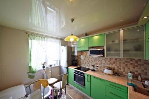 Глянцевая ПВХ-плёнка на потолке кухня