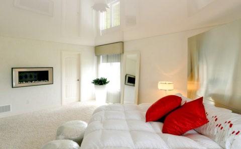 Глянцевое белое полотно визуально увеличит высоту комнаты