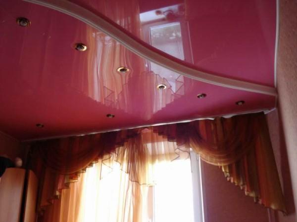 Глянцевые натяжные потолки и гардины с хорошим сочетанием цветовой гаммы