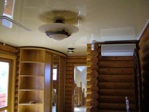 Глянцевые потолки обладают отражающей способностью, зрительно добавляя объем помещению