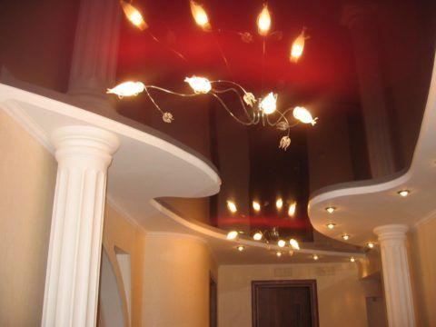 Глянцевый натяжной потолок бордового цвета, добавит благородства в классический интерьер