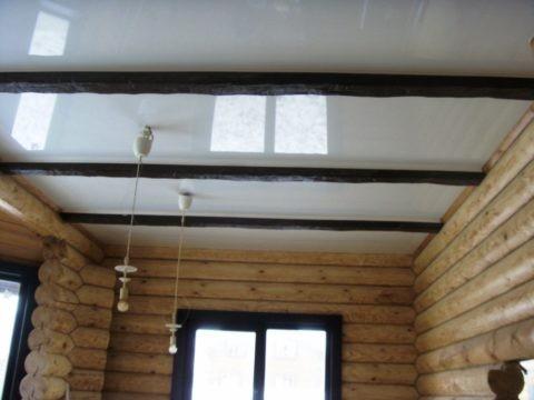 Глянцевый потолок в бревенчатом доме