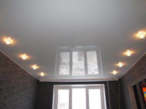 Глянцевый потолок в типовой квартире