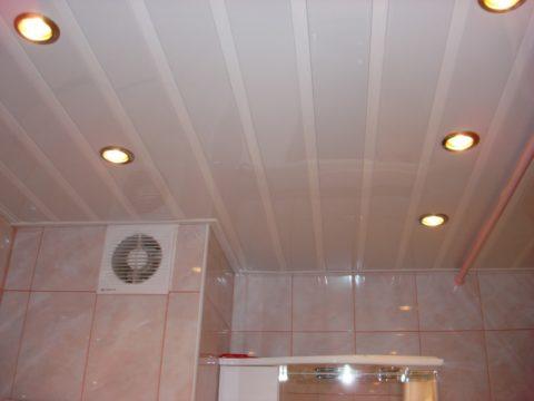 Глянцевый потолок заставит ванную казаться выше