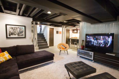Гостиная в подвале с черным потолком в стиле лофт