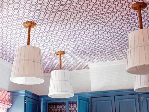 Графический рисунок обоев на кухне придает оригинальности и динамичности интерьеру