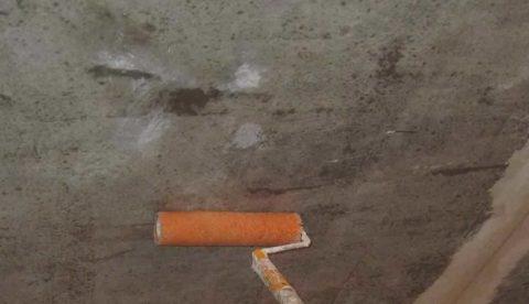 Грунтовка улучшит сцепление клея с перекрытием