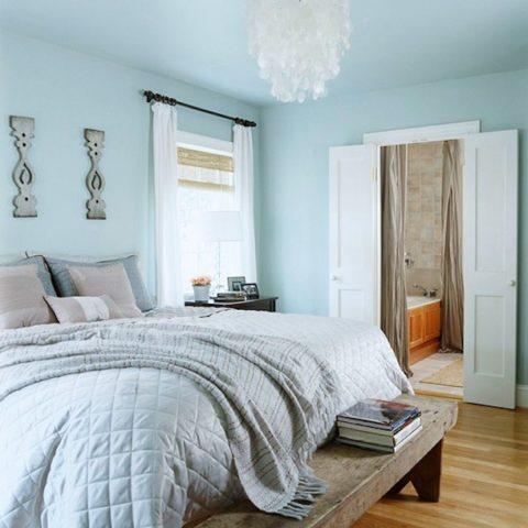 Холодные оттенки в интерьере небольшой спальни