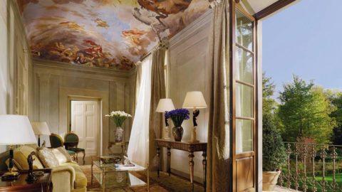 Художественная роспись на потолке придает помещению дополнительный объем и высоту