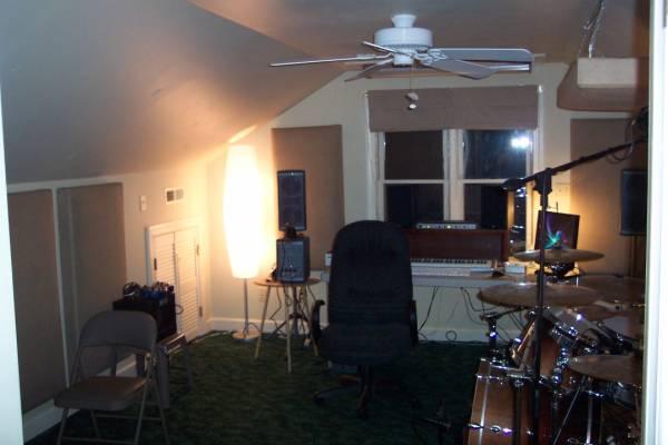 Комната истинного музыканта: минимум света, максимум творческого полумрака