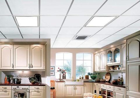 Интерьер кухни с кассетными алюминиевыми потолками