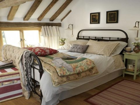 Интерьер спальни в стиле кантри с беленым потолком