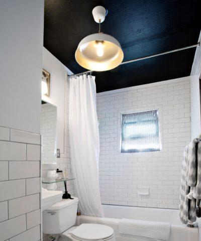 Интерьер ванной с окрашенным тёмной краской потолком