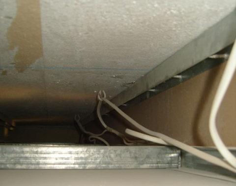 Изоляция провода может пострадать при контакте с острыми краями профилей