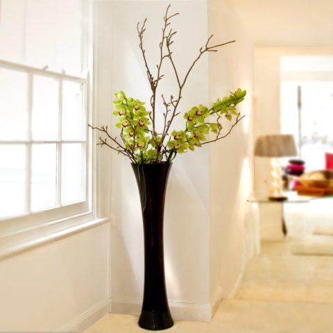 Изящная высокая ваза