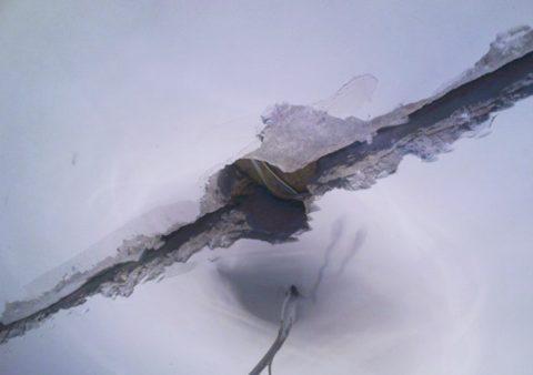 К возникновению трещин зачастую приводят неправильно заделанные стыки плит