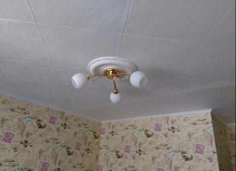 Качественно наклеенная плитка на потолке