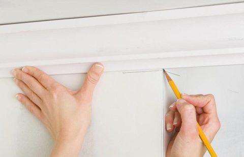 Как клеить галтели на потолок: разметка