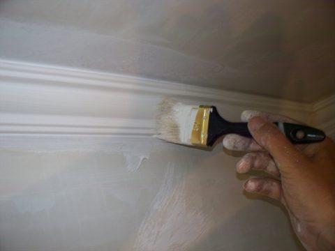 Как красить валиком потолок: в первую очередь прокрашиваются галтели и пространство возле них