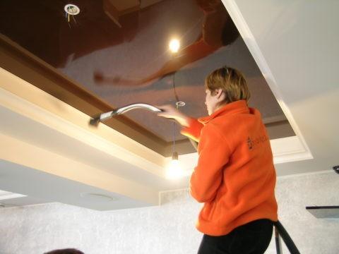 Как натяжной потолок мыть: уборка под потолком