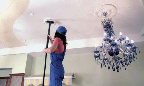 Как отмыть натяжной потолок: использование пылесоса при удалении загрязнений