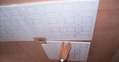 Как правильно наклеить потолочную плитку - делайте вырез таким, чтобы он обязательно скрылся под декоративной накладкой люстры