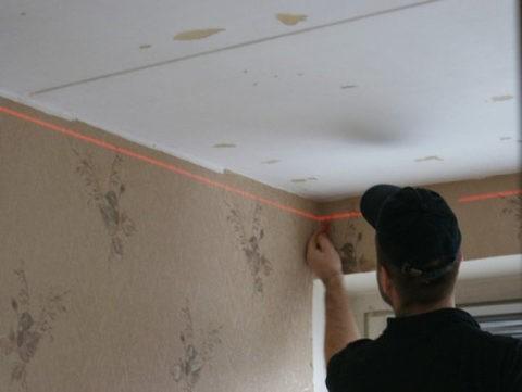 Как правильно выравнивать потолок: отметки горизонтали необходимо делать на двух смежных стенах