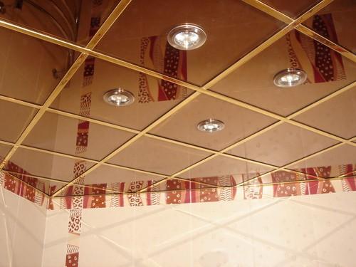 Отделка потолка зеркальными плитами