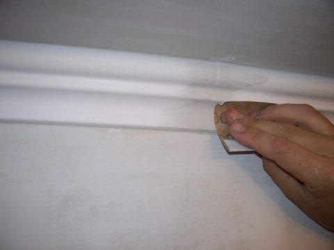 Как соединить потолочный плинтус: шлифовка швов