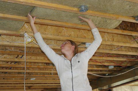 Как утеплять потолок балочного типа: закладка утеплителя