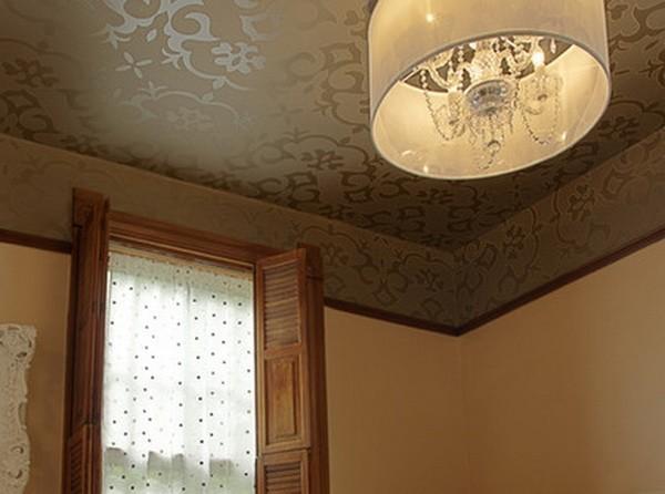 Потолок, оклеенный флизелином