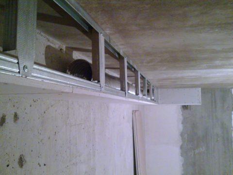 Каркас короба с вентканалом внутри, запечатлённый на этом фото, собран из стоечного и направляющего профилей