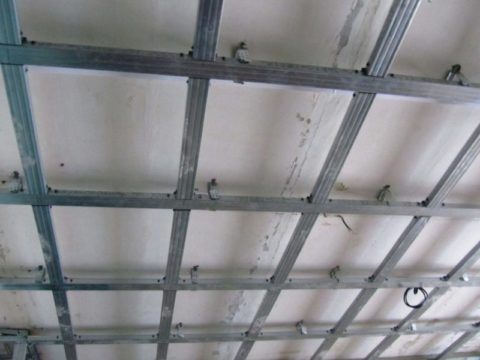 Каркас неизбежно снижает уровень потолка