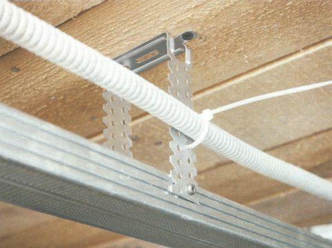 Каркас от гипсокартонного потолка способен прекрасно проводить электрический ток