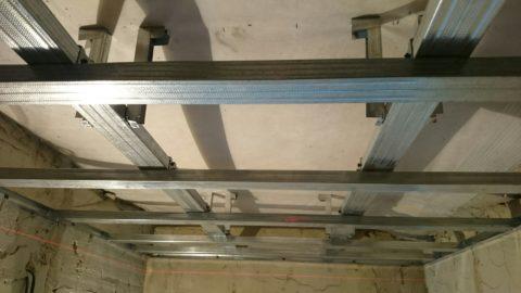 Каркас подвесного деревянного потолка из металлического профиля