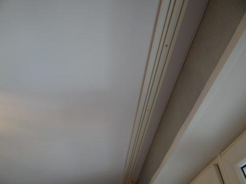 Карниз на натяжном потолке