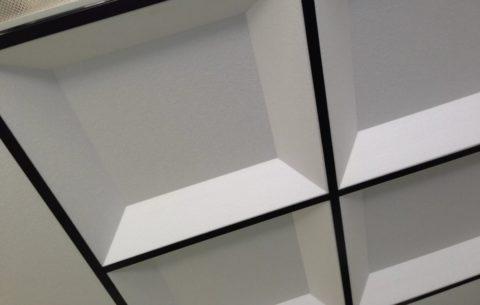 Кессонная плитка позволяет получить модный дизайн потолка