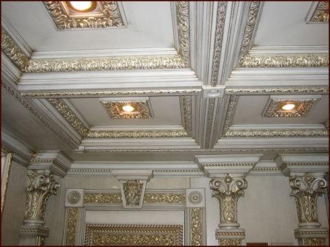 Кессонные конструкции в классическом стиле в сочетании со встроенными светильниками
