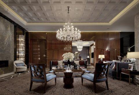 Кессонный потолок из гипсовой плитки, с шикарной хрустальной люстрой по центру