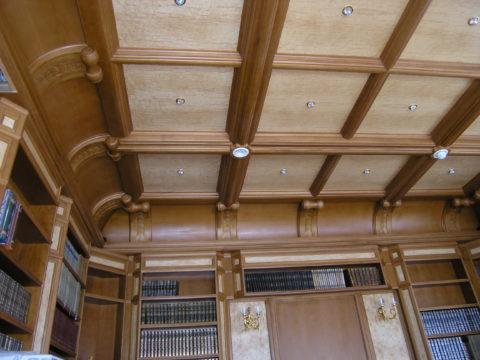 Кессонный потолок в домашней библиотеке