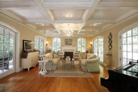 Кессоны в гостиной в классическом стиле