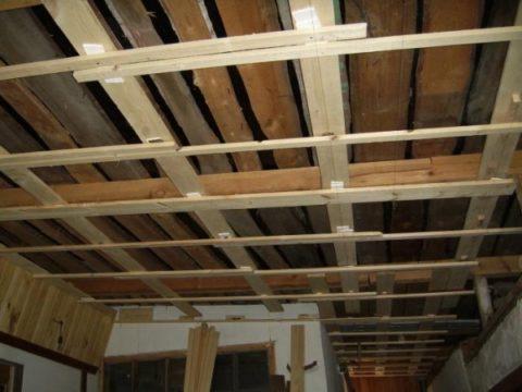 Классическая деревянная обрешетка для подшивного потолка